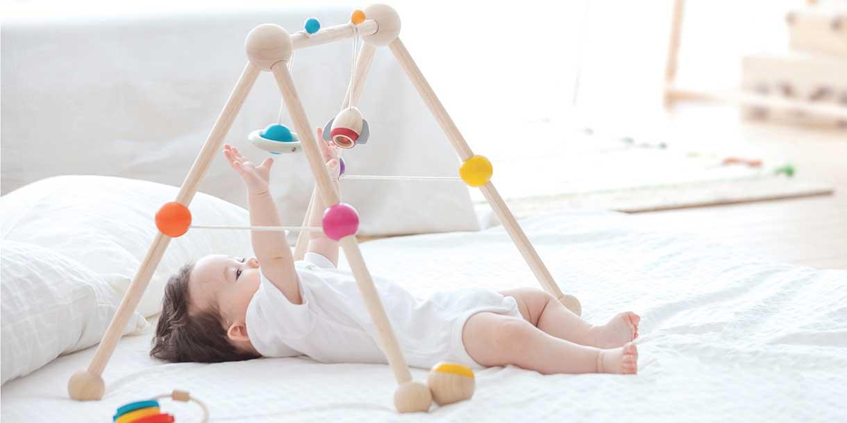 kreatives-Spielzeug-PlanToys-babygym_3