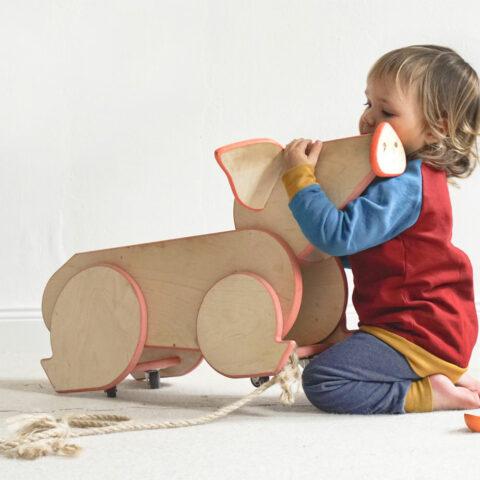 handgefertigtes-spielzeug-aus-holz-rennschwein-studio-baustein-1