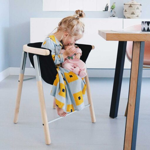 ergonomischer-stuhl-fuer-kinder-mia-hoodie-chair-tink-things-credit-madebymowie-1